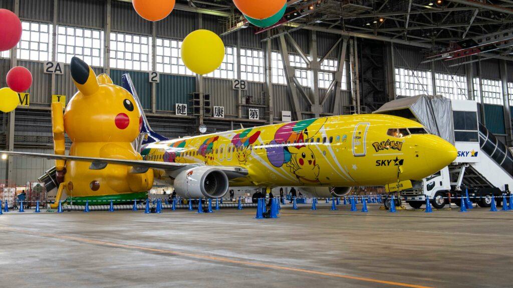Pokémon anuncia Aventuras Aéreas Pokémon mostrando un avión totalmente decorado con Pikachu