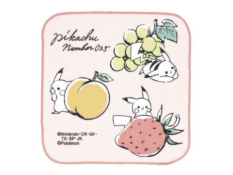 Pañuelo de microfibra rosado con 3 Pikachu, uno arriba a la derecha con uvas, otro abajo a la derecha con una fresa y el último con una narnja a la izquierda